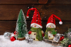 与圣诞老人小雕象的圣诞节装饰在木背景 免版税库存照片
