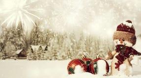 与圣诞老人小雕象的圣诞节装饰在雪 库存照片