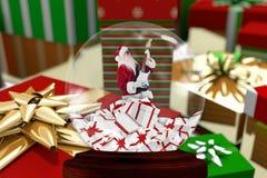 与圣诞老人小雕象的圣诞节装饰在水晶碗 免版税库存照片