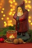 与圣诞老人小雕象的圣诞节装饰 免版税库存图片