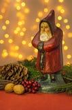 与圣诞老人小雕象的圣诞节装饰 库存图片
