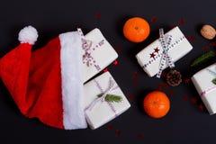 与圣诞老人帽子、当前箱子和装饰的圣诞节构成 免版税库存照片