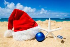 与圣诞老人帽子和staerfish的圣诞节背景 免版税库存照片