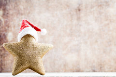 与圣诞老人帽子的圣诞节星 葡萄酒背景 库存图片