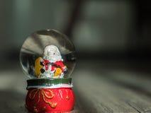 与圣诞老人玩偶的圣诞节背景在球 图库摄影