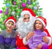 与圣诞老人的可爱的孩子 免版税库存照片