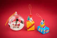 与圣诞老人的透明圣诞节球,圣诞树decoratio 免版税图库摄影