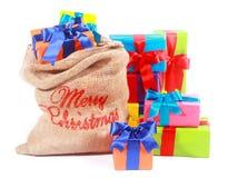 与圣诞老人礼物大袋的五颜六色的Xmas背景 免版税库存图片