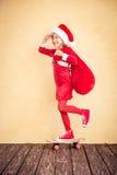 与圣诞老人袋子的滑稽的孩子 免版税库存图片