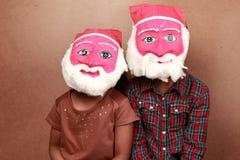 与圣诞老人面具的孩子 免版税图库摄影
