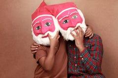 与圣诞老人面具的孩子 免版税库存照片