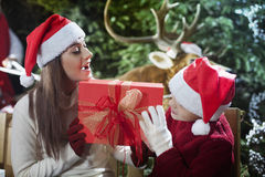 与圣诞老人驯鹿的超级圣诞节  库存照片