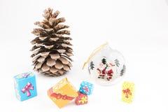 与圣诞老人,里面pincone和礼物的透明圣诞节球 免版税图库摄影