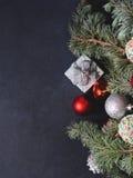 与圣诞节中看不中用的物品的蓝色云杉的树枝 免版税图库摄影