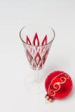与圣诞节中看不中用的物品的香宾玻璃 图库摄影