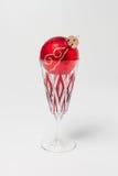 与圣诞节中看不中用的物品的香宾玻璃 免版税库存照片