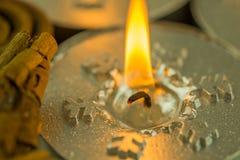 与圣诞节主题的灼烧的蜡烛 图库摄影
