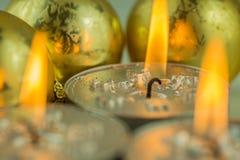 与圣诞节主题的灼烧的蜡烛 免版税库存照片