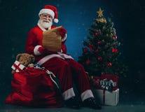 与圣诞节信件的圣诞老人 免版税库存图片