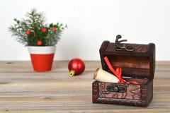 与圣诞节信件的宝物箱 免版税库存照片