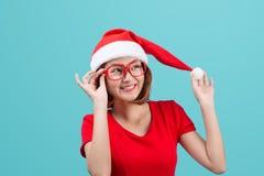 与圣诞节圣诞老人帽子的微笑的亚洲妇女画象隔绝了o 免版税库存图片