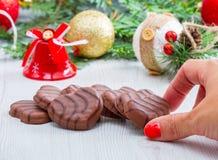 与圣诞节对象的一些巧克力饼干作为背景 库存图片