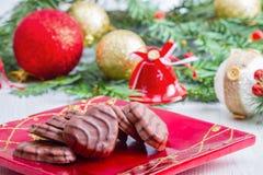 与圣诞节对象的一些巧克力饼干作为背景 免版税库存照片