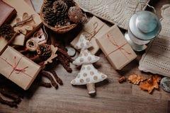 与圣诞节或新年礼物的小白色圣诞节树 假日装饰概念 被定调子的图片 顶视图 免版税图库摄影