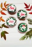 与圣诞节按摩的杯形蛋糕 免版税库存照片