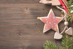 与圣诞节星装饰的木背景与拷贝空间 库存图片