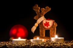与圣诞节杉木锥体的蜡烛在大气光 库存照片