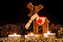 与圣诞节杉木锥体的蜡烛在大气光 图库摄影