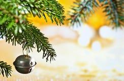 与圣诞节枝杈的圣诞节铃声 库存图片