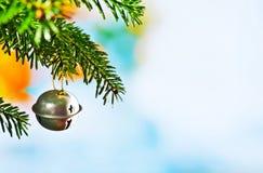 与圣诞节枝杈的圣诞节铃声 免版税图库摄影