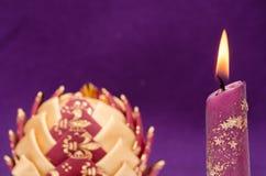 与圣诞节泡影的照明设备蜡烛 库存图片