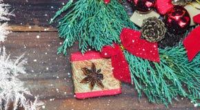 与圣诞节玩具和礼物的充满活力的蓝色柏花圈 免版税图库摄影