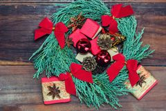 与圣诞节玩具和礼物的充满活力的蓝色柏花圈 库存照片