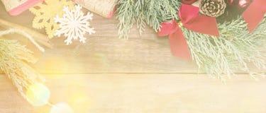 与圣诞节玩具和礼物的充满活力的蓝色柏花圈 免版税库存图片