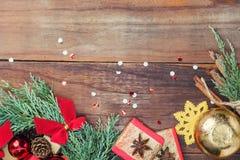 与圣诞节玩具和礼物的赛普里斯花圈在木头 图库摄影