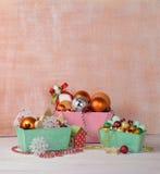 与圣诞节玩具的篮子 圣诞节在村庄 乡情 免版税图库摄影