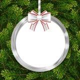 与圣诞节球、弓和杉树的节日礼物卡片分支 免版税库存图片