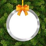 与圣诞节球、弓和杉树的节日礼物卡片分支 库存照片