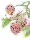与圣诞节球和棒棒糖的绿色云杉 免版税库存照片