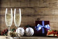 与圣诞节球和礼物的两块香槟玻璃 免版税库存照片