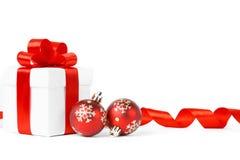 与圣诞节球的五颜六色的红色礼物 免版税图库摄影