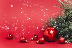 与圣诞节球的圣诞节红色落在他们的背景和雪 免版税库存图片