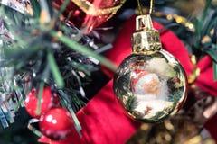 与圣诞节球的圣诞节背景, 免版税库存照片