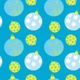 与圣诞节球的无缝的样式在蓝色背景 图库摄影