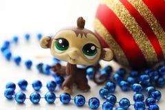 与圣诞节球的逗人喜爱的猴子 库存图片