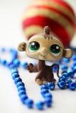 与圣诞节球的逗人喜爱的猴子 免版税库存照片